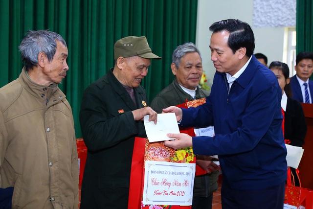 bo-truong-dao-ngoc-dung-tham-tang-qua-cac-doi-tuong-chinh-sach-lao-cai-2-1611304527866_1.jpeg